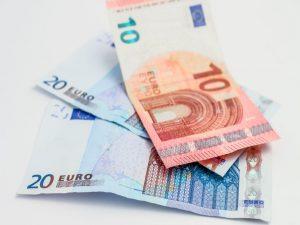 Eurobiljetten als symbool voor tarieven van een Virtual Professional