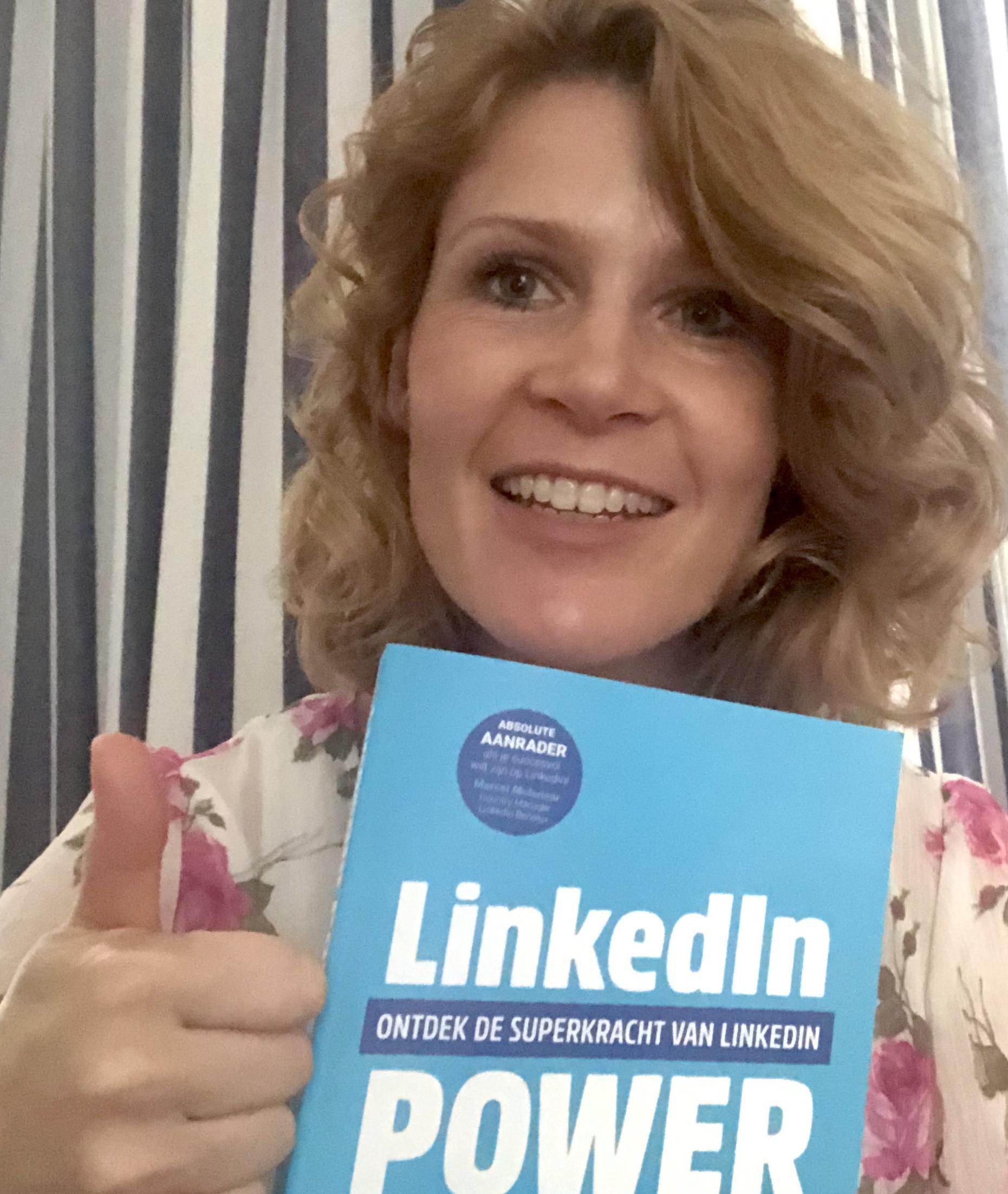 Boek LinkedIn Power voor borst met duim omhoog Dymph Neeteson