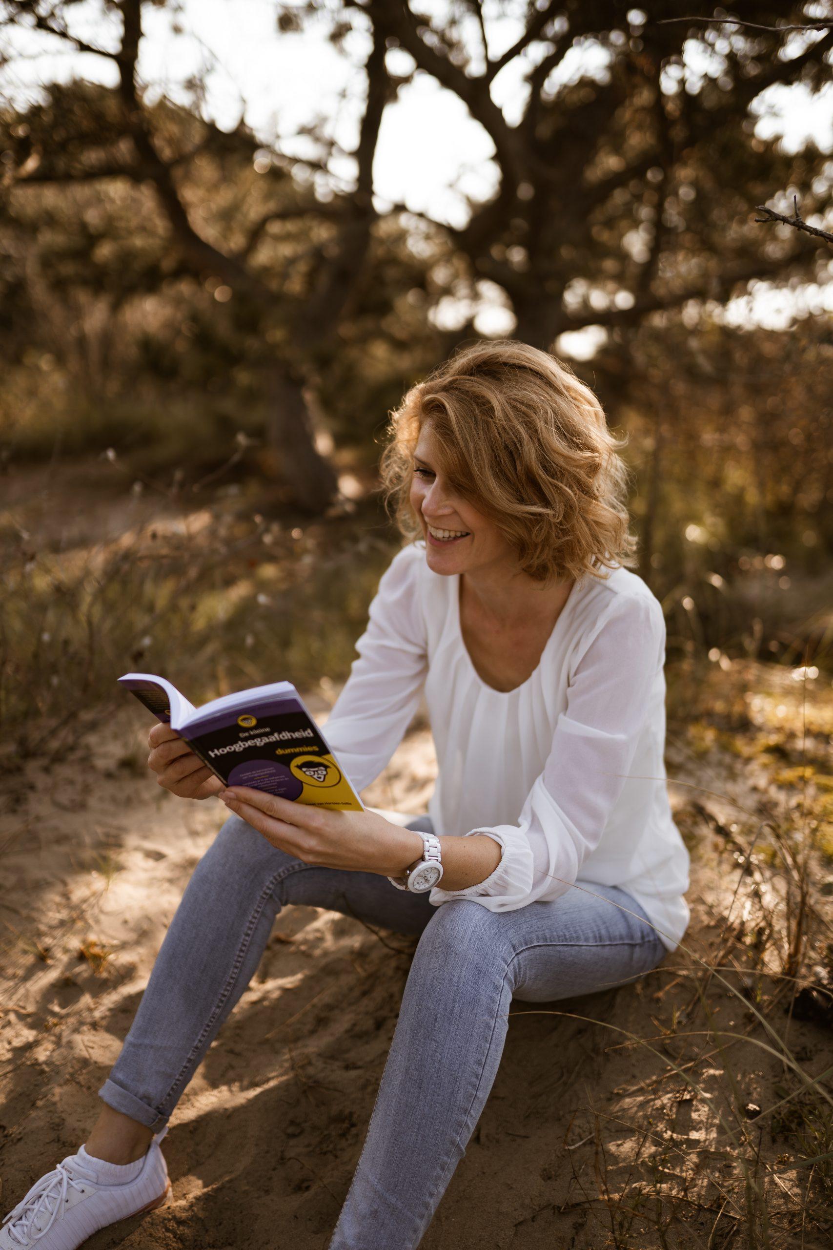 Dymph Neeteson leest boek De kleine hoogbegaafdheid voor dummies